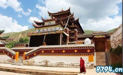 塔尔寺供奉着数百座佛像,姿态各异,佛法无边.