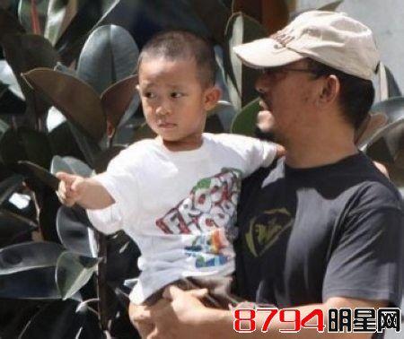 姜文抱小儿子被偷拍