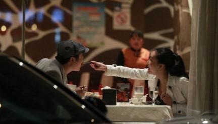 成龙给林鹏喂水饺! 甜蜜喂食玩暧昧的十大明星 -王大治与龚玥菲