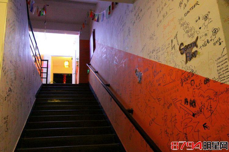 看看青年旅馆的墙壁涂鸦都有些啥图片