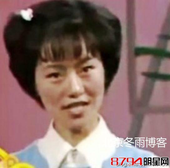 """鞠萍姐姐""""18岁时年轻照片出镜照..."""