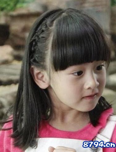 在外表上,森碟吸收了爸爸和妈妈的优点,外形甜美,笑起来尤为可爱.
