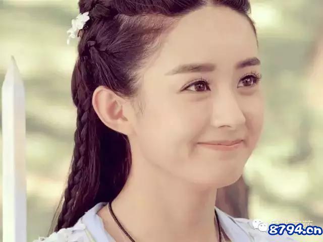 赵丽颖扮演的小骨就不用说了,有着可爱娃娃脸的她,不会让浓重的妆容