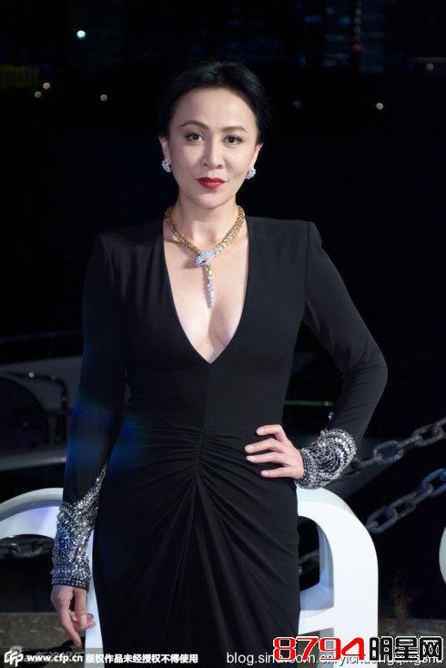 女性露屄�_50岁刘嘉玲深v半露酥胸性感逼人