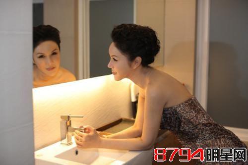 吉米是国际著名形象设计师之一,先后担任中国多项模特大赛的评委,总