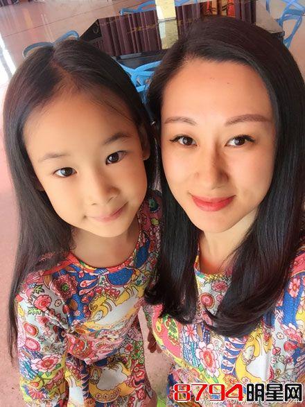 赵文卓老婆张丹露最新微博素颜生活照 旁边是她可爱的女儿赵紫阳