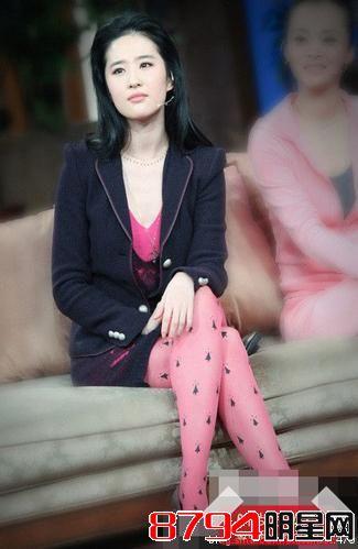 可爱俏皮的粉色丝袜搭配同色系内搭裙装,小西服外套搭配显得甜而不腻