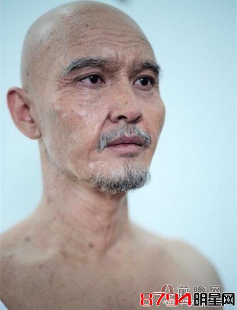 近日又有网友曝光了一张黄晓明的新片试镜照,画着老年妆的他满脸皱纹