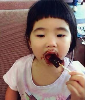 姐姐大概是第二季小朋友中最喜欢吃东西的,吃相非常可爱.