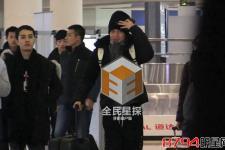 薛之谦机场换新装 收咖啡与粉丝热聊