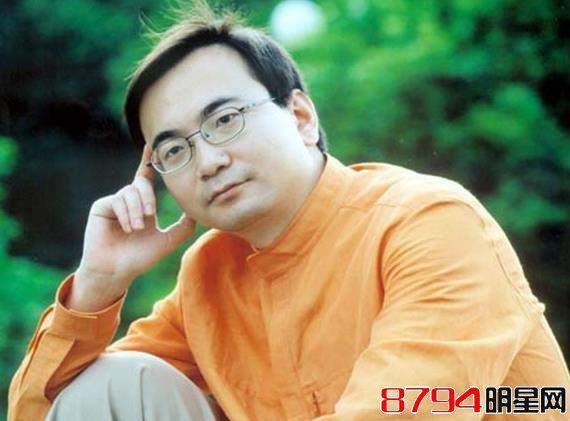 而冯祺在《玫瑰之约》一主持就是5年,5年时间里,女主持从金晓琳,到