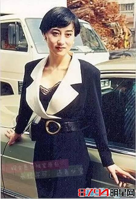 她拥有绝色美貌,曾误传勾引赌王遭成龙潜规则,现今55岁很幸福
