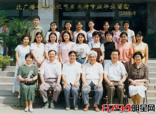 """张雅琳是北京广播学院播音94级毕业的,在这里要特别说一下她的几个同班同学,大家能认出谁来呢?娱乐圈真是很巧,看似不相干的几个人原来是大学同学。雅琳在第二排右四,二排右二是曾凭借《我不是黄蓉》红极一时的王蓉,曾经也是才女,后来路线走歪了越来越雷。最后一排左三是李湘,昔日芒果台的""""一姐"""",算是她们班发展最好的一个了。   张雅琳个人资料   中文名:张雅琳   国 籍:中国   出生地:天津   出生日期:1974年6月26日   职 业:主持人、演员   毕业院校:北京广播学院"""