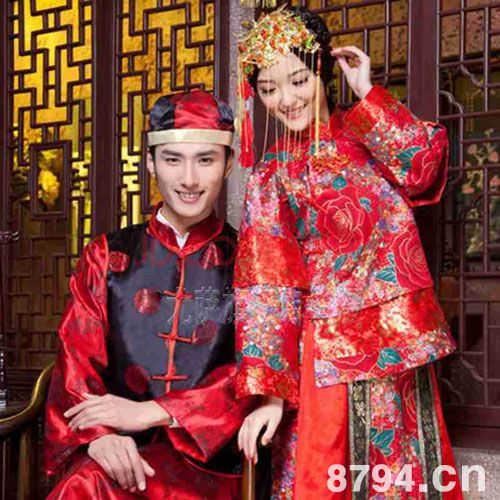 新娘子的三套婚礼服饰,式样,色彩,花纹,用途和穿着时间,均有约定俗