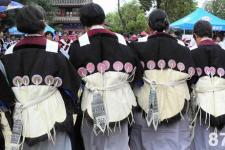 """纳西族服饰特点 纳西族妇女的""""披星戴月"""""""