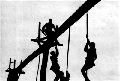 一、爬垂直绳的技巧与动作要领 绳(竿)