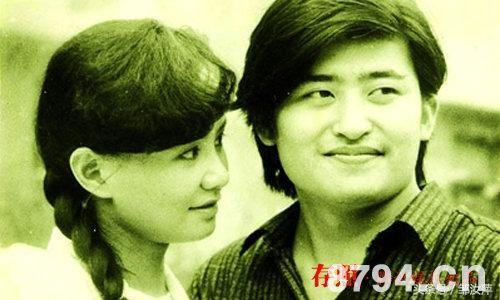 53岁刘欢的老婆卢璐近照,衣装时尚搭配绿头巾!