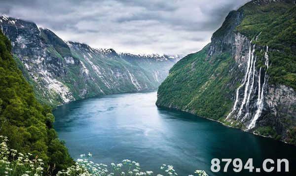 长江三峡以险峻的地形和奇异的风光成为世界著名的旅游胜地