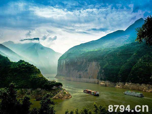 """圖16 長 江   從自然角度來看,源遠流長的長江從號稱""""世界屋脊""""的青藏高原奔騰而下,傾瀉于山高谷深的橫斷山區,劈開了重巒迭嶂的云貴高原,越過丘陵起伏的四川盆地,而后切穿山勢險峻的巫山山脈,形成了雄偉壯麗的三峽。從宜昌開始在長江中下游平原上一瀉千里,最后注入浩瀚無垠的東海。其干流橫貫十個省、市、自治區,全長6300公里,流域面積180萬平方公里。沿途的景觀千變萬化,多姿多采,具有不同的美學特征和風格。   長江是雄偉的,這是它美的基調。不盡長江滾滾來,體現出一種總體的磅礴氣"""