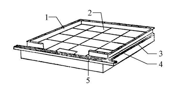 图1-11 轿厢底   1-轿壁围裙;2-塑胶板与夹板;   3-薄钢板;4-框架;   5-轿门地坎    轿厢底: 轿厢底由底板及框架组成(图1-11)。框架一般用槽钢和角钢制成,有的用板材压制成形后制作,以减轻重量。底板直接与人和货物接触,对于货梯,由于需要承受集中载荷,底板一般用4~5mm 的花纹钢板直接铺设;对于客梯,常采用多层结构: 底层为薄钢板,中间是厚夹板,面层铺设塑胶板或地毯等。底层用薄钢板具有防火的作用。   在轿底前沿设有轿门地坎,对于客梯,在轿壁安装周边上,常设有轿壁围裙,围