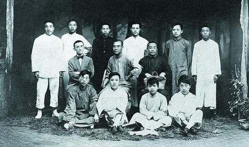 第二排左起:杨暗公,萧楚女,罗世文(后排左四),张锡畴