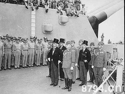 参加投降签字议式的日本代表团,前排左为日本外相重光葵,右为陆军参谋总长梅津美治郎。