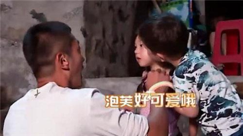 爸爸去哪儿第五季:嗯哼大王已经在撩妹坑爹的路上越走越远了