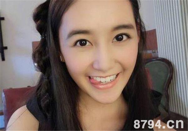 蒋依依晒表情包6连拍   蒋依依2001年出生于北京,1岁时便拍摄了第一支个人广告。如今已拍摄100条多条广告。2007年,因参演个人首部电视剧《笑着活下去》而进入演艺圈。2009年,参演都市情感电视剧《大生活》,2010年,参演古装宫廷电视剧《美人心计》,饰演童年时期的聂慎儿。