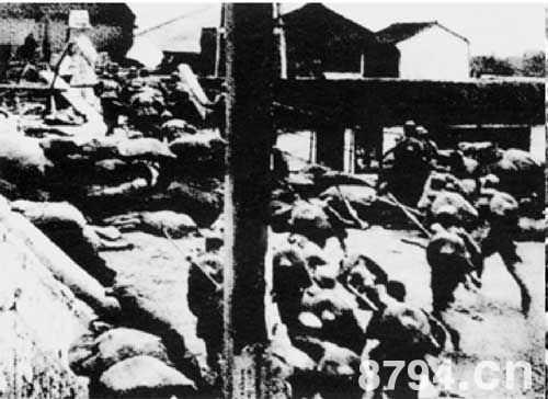 1932年1月28日,日本飞机轮番轰炸上海市区。当晚,日军以20余辆装甲车为先导,向闸北一带中国守军阵地发起进攻。第十九路军奋起抵抗,进行英勇反击,双方展开激烈的巷战