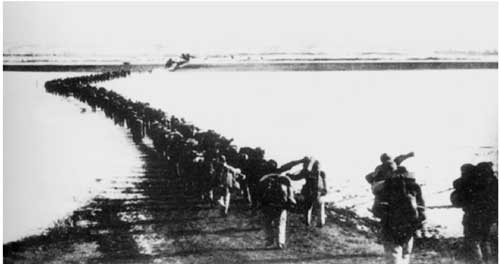 1950年10月8日,中国人民军事委员会主席毛泽东签署了组建中国人民志愿军出兵抗美援朝的命令,任命彭德怀为中国人民志愿军司令员兼政治委员。图为中国人民志愿军首批部队跨过鸭绿江,开始了伟大的抗美援朝战争