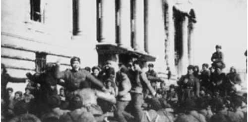 """1951年1月14日,中朝部队解放汉城。图为战士们在汉城的""""国会大厦""""前欢庆胜利"""