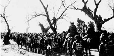 根据中央军委关于首先攻克锦州的命令,东北野战军向锦州进发