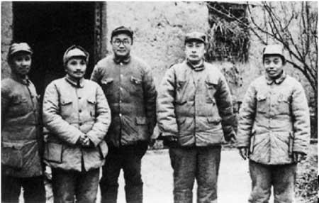 淮海战役总前委成员合影。左起:粟裕、邓小平、刘伯承、陈毅、谭震林