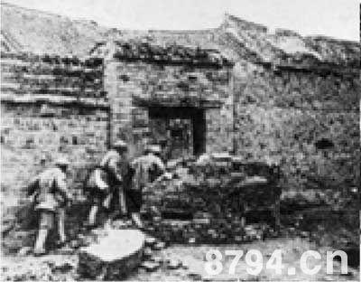 华东野战军战士冲进黄百韬兵团在碾庄圩的司令部