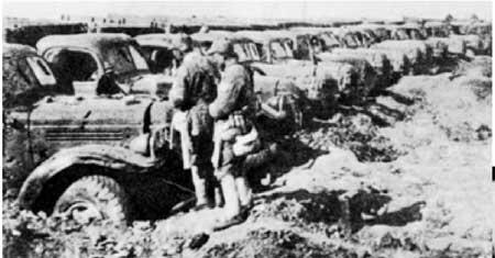 11月25日,国民党军黄维兵团被解放军包围于宿县西南双堆集地区。图为黄维兵团用800辆汽车在双堆集东南构筑的防线