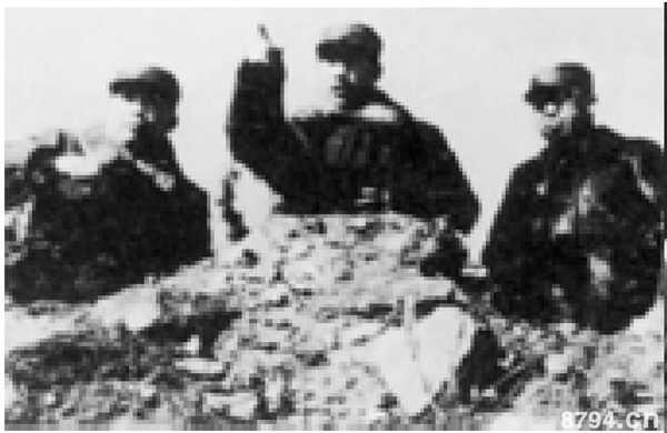 辽沈战役中,林彪(中)、罗荣桓(右)、刘亚楼(左)在前线指挥作战