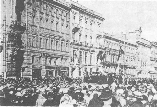 二月革命时挤在首都涅夫斯基大道的工人、士兵与市民们