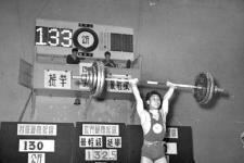 陈镜开打破最轻量级挺举世界纪录 在世界体坛为新中国赢得荣誉