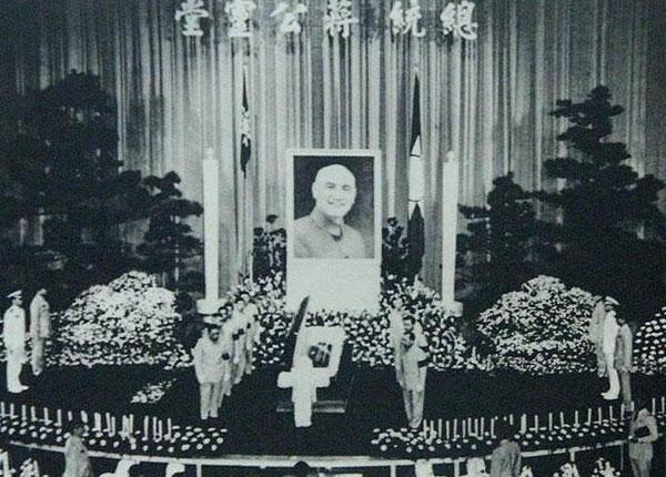 【蒋介石怎么死的祖籍是哪里人】蒋介石生平资料简介