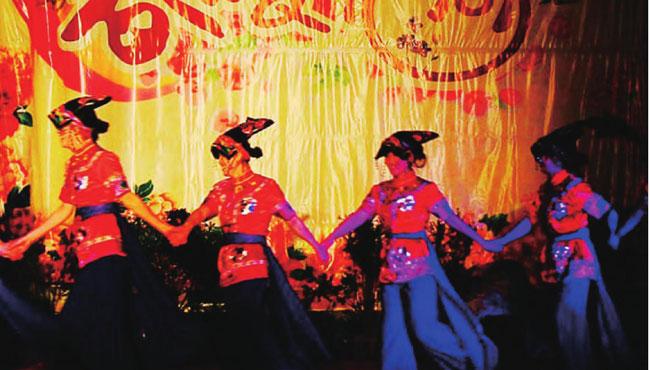 辛夷花节上,盛装打扮的姑娘们尽情欢跳。独具特色的民族服饰,鲜艳明媚的笑脸,热情如火的舞蹈,成了节日中一道引人注目的风景。
