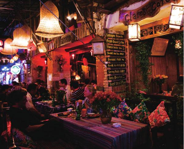 夜晚的小镇灯火阑珊,三五好友坐在一起吃着美食,谈笑间享受着云南古老的民族气息。