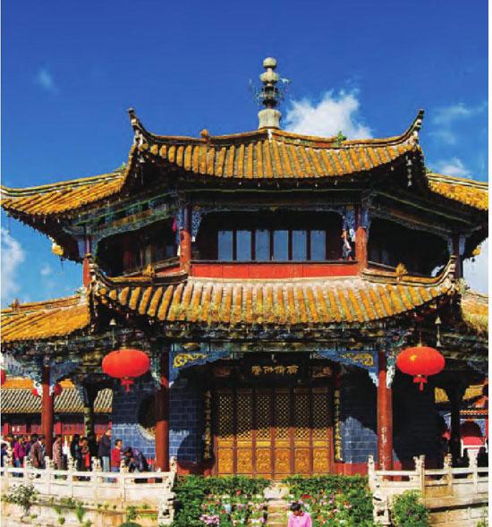 寺内古老的建筑静静地倒映在水面,以一种安详、静 谧迎接着每一位香客。
