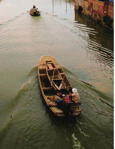 古老的运河上,一艘艘小船轻轻划过,碧波里荡漾着时光的皱纹。