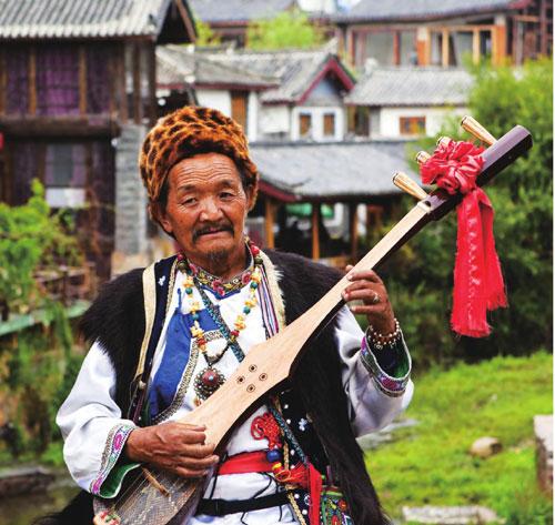 年过古稀的老人仍熟练地弹奏着古老的乐器。