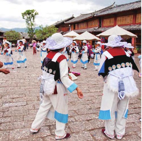 节日里,人们载歌载舞,欢度佳节。
