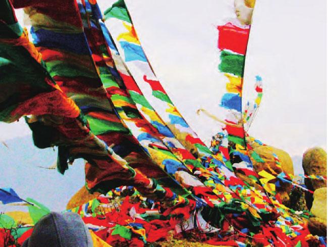 彩色的经幡随风飘舞,处处弥散着一股佛教气息。