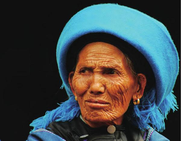 脸上布满皱纹的云阳老人头裹一块深蓝色头巾,坚定的眼神凝向远方。