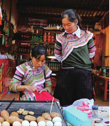 哈尼族妇女手工制作特色十足的民族服装。