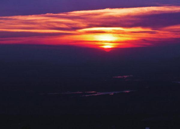 朝阳微露的庐山上,灿灿的金红映满了整个天际。