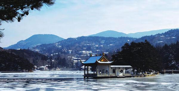 冬天,如琴湖白雪皑皑,湖心亭在冰雪的映衬下反而更加悠远宁静。